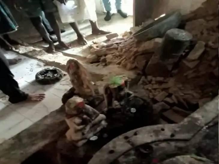 तिघरा स्थित काली मंदिर में गड़ा धन के लालच में बदमाशों ने पूरा मंदिर ही खोद डाला।