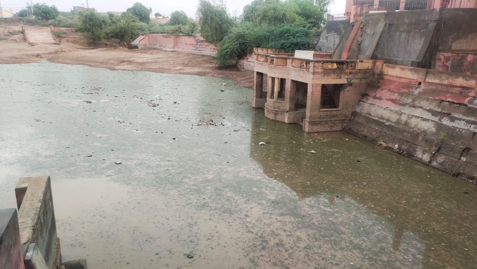 हर्षोलाव तालाब में जमा हुआ पानी।