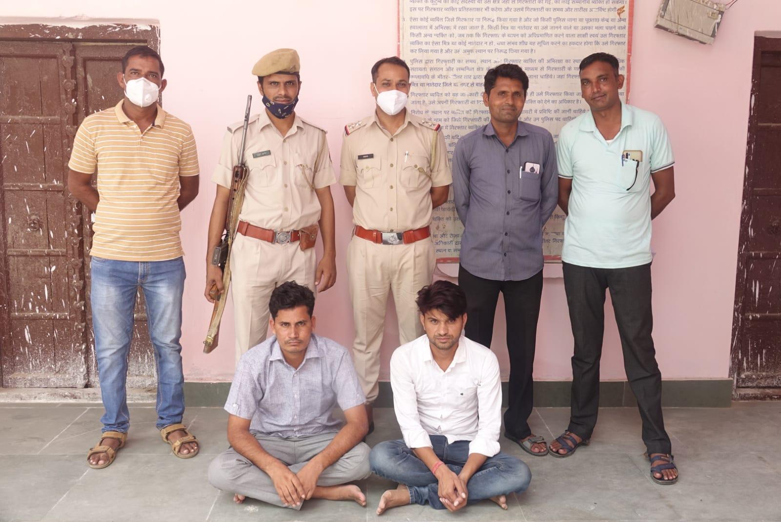 दौसा पुलिस की गिरफ्त में पेपर बेचने वाले गिरोह के दो सदस्य। - Dainik Bhaskar