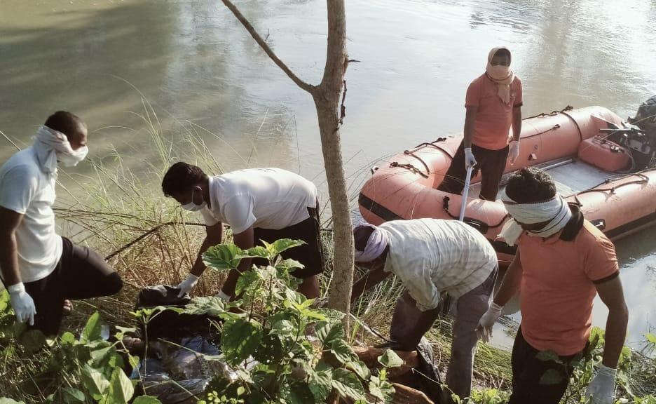 शनिवार की शाम नहर में उसके बेटे का शव पानी में उतराता हुआ पाया गया। वहीं आज सुबह उसकी मां का शव गोताखोरों ने नहर से निकाला। - Dainik Bhaskar