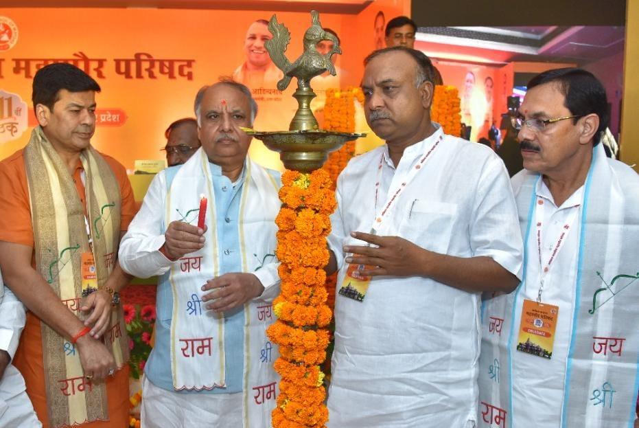 अयोध्या के पंचशील होटल में महापौर परिषद के 111 सम्मेलन का दीप जलाकर उद्घाटन करते नगर विकास मंत्री आशुतोष टंडन व आगरा के मेयर नवीन जैन