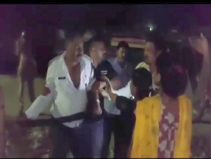 बेल्ट उतारकर दौड़ाया और गाली-गलौज करते हुए जेल भेजने की दी धमकी, पुलिस ने क्रास एफआईआर दर्ज की कानपुर,Kanpur - Dainik Bhaskar