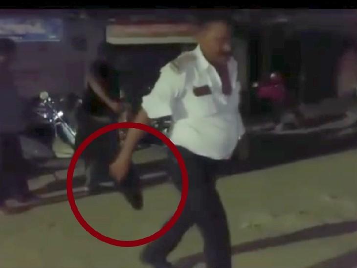 जूता उतारकर हाथ में लिए हुए ट्रैफिक दरोगा श्यामवीर सिंह