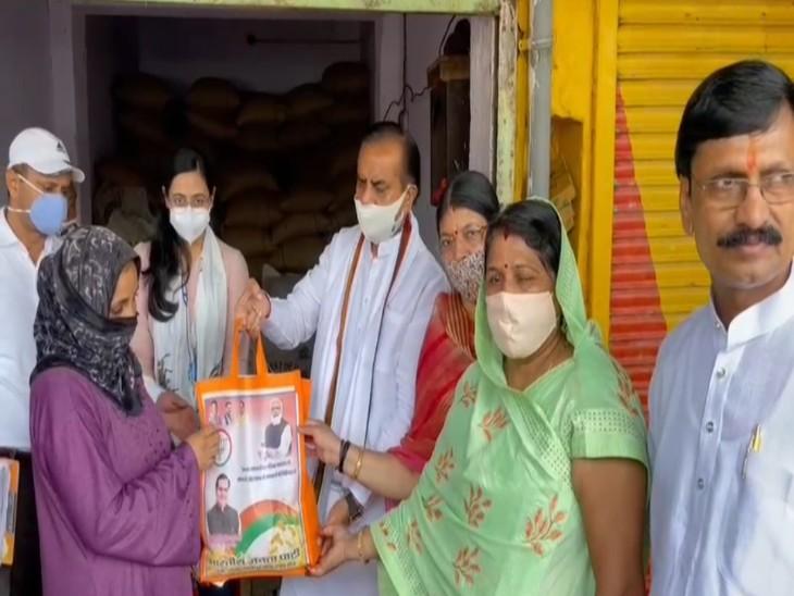 केंद्र सरकार की ओर से गरीबों को निशुल्क दिए जा रहे गेहूं को उन पैकेट में जाएगा बाटा, थैलों पर PM, सांसद के अलावा पूर्व CM राजे का फोटो|टोंक,Tonk - Dainik Bhaskar