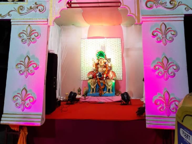 इंदौर में आदेश महाकाल मित्र मंडल की ओर से जंगमपुरा में गणेश प्रतिमा स्थापित की गई है। आयोजक गौरव राठौर ने बताया कि बीते 21 साल से गणेश प्रतिमा विराजित करते आ रहे हैं। प्रतिमा की ऊंचाई 4.5 फीट है।