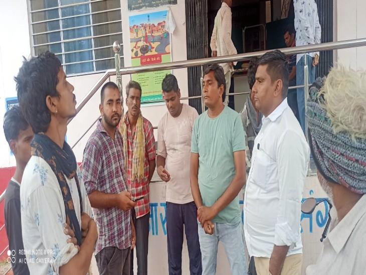 घटना की जानकारी लेती पुलिस। - Dainik Bhaskar
