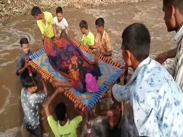 बारिश में टूट गई थी पुलिया, गांव का संपर्क टूटा; महिला को हुई प्रसव पीड़ा, नदी में उतरे 12 युवा उदयपुर,Udaipur - Dainik Bhaskar