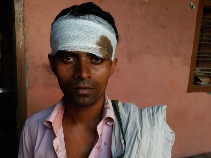 मारपीट में घायल ग्रामीण। - Dainik Bhaskar