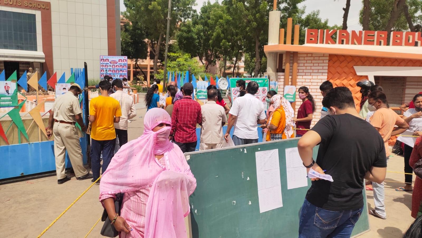 बीबीएस स्कूल के आगे पेरेंट्स बच्चों का इंतजार करते हुए। - Dainik Bhaskar