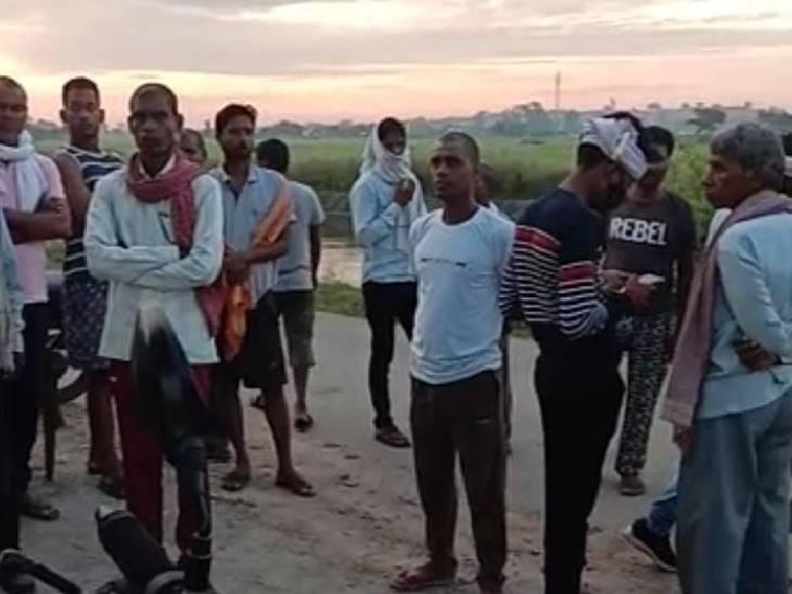घटना से आक्रोशित परिजनों और ग्रामीणों ने शव रखकर रास्ता जाम कर दिया।