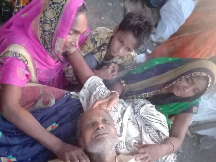 घटना से आक्रोशित ग्रामीण सड़क पर शव रखकर बैठे हुए हैं। - Dainik Bhaskar