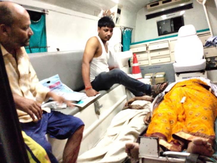 तेज रफ्तार कर अनियंत्रित होकर हाइवे किनारे खड़े ट्रक में घुसी, लखनऊ से दवा लेकर लौट रहा था परिवार बस्ती,Basti - Dainik Bhaskar