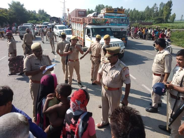 पुलिस परिजनों से बात कर रही है, लेकिन वे मान नहीं रहे हैं। - Dainik Bhaskar