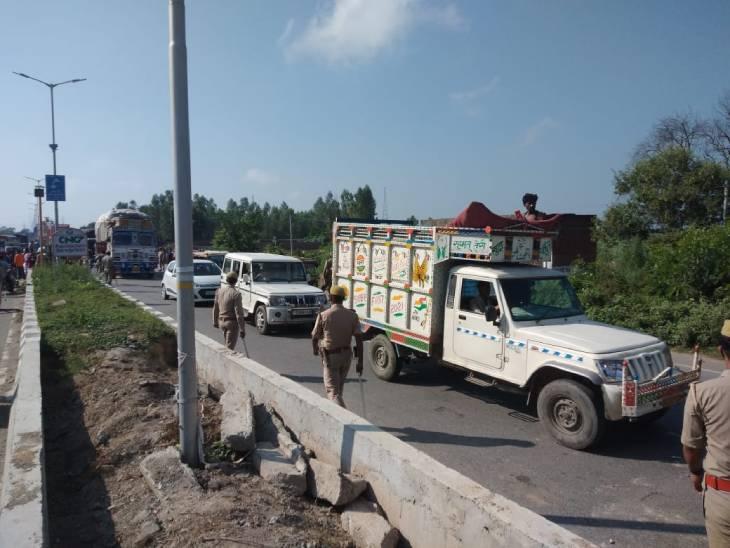 परिजन शव को रोड से हटाने नहीं दे रहे हैं। जिससे वाहनों की लंबी कतार लग रही है।