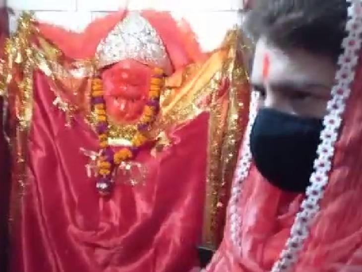 मंदिर में कार्यकर्ताओं की भीड़ लगी रही।