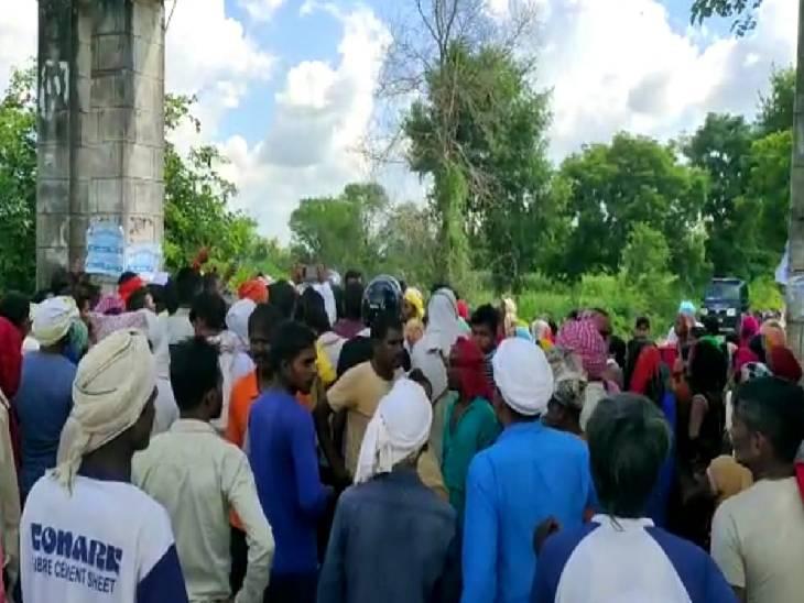 पुलिस द्वारा कार्रवाई न करने से नाराज परिजनों व ग्रामीणों ने किया चक्का जाम।