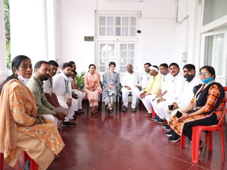 प्रियंका गांधी ने जिलों से आए पदाधिकारियों के साथ फोटो सेशन भी कराया था।