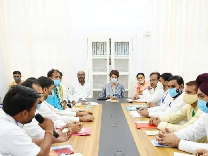 लखनऊ में पार्टी दफ्तर में पदाधिकारियों के साथ चर्चा करती प्रियंका गांधी।