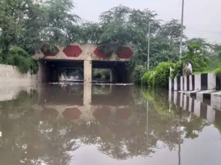 ये तस्वीर दिल्ली के एक अंडर पास की है, जहां भारी बारिश की वजह से सड़क पर पानी भर गया है।