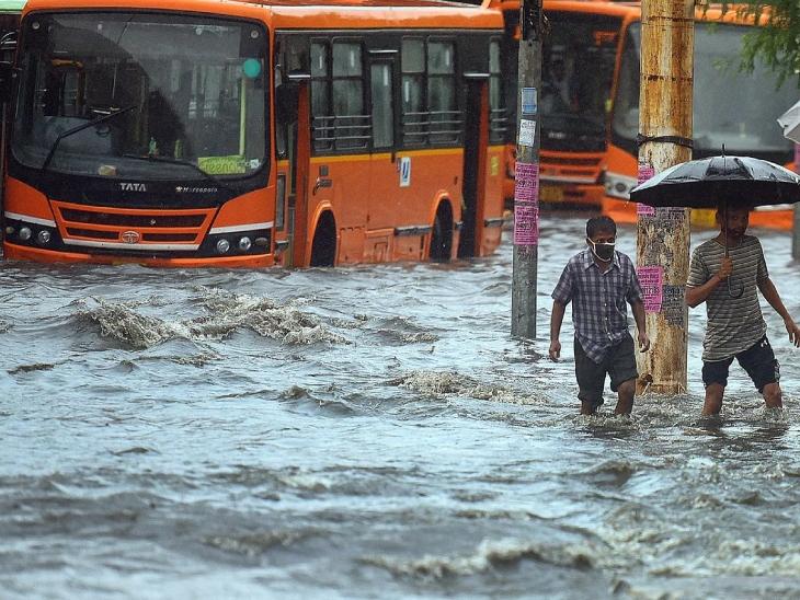 दिल्ली में बारिश के बाद लोगों का हाल बेहाल है। सड़कों पर जलजमाव हो गया है, लोगों को आने जाने में तकलीफ हो रही है।