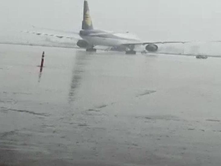 ये तस्वीर दिल्ली के इंदिरा गांधी इंटरनेशनल एयरपोर्ट की है, जहां भारी बारिश के बाद जलजमाव की स्थिति बन गई है।