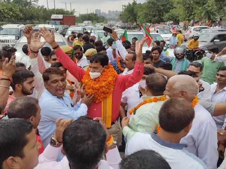 भाजपा एमएलसी एके शर्मा रविवार को नोएडा पहुंचे। कार्यकर्ताओं व उद्यमियों ने उनका स्वागत किया। वह तीन दिन के दौरे पर हैं। - Dainik Bhaskar