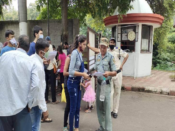 परीक्षा सेंटर पहुंचे आवेदकों की जांच के बाद ही प्रवेश दिया गया। - Dainik Bhaskar