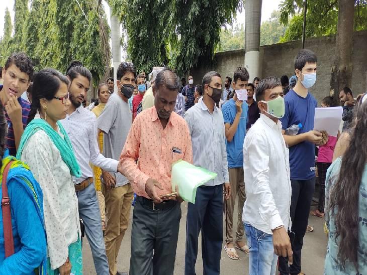 जबलपुर में 30 सेंटर पर 12 हजार आवेदक नीट की परीक्षा में शामिल हुए।