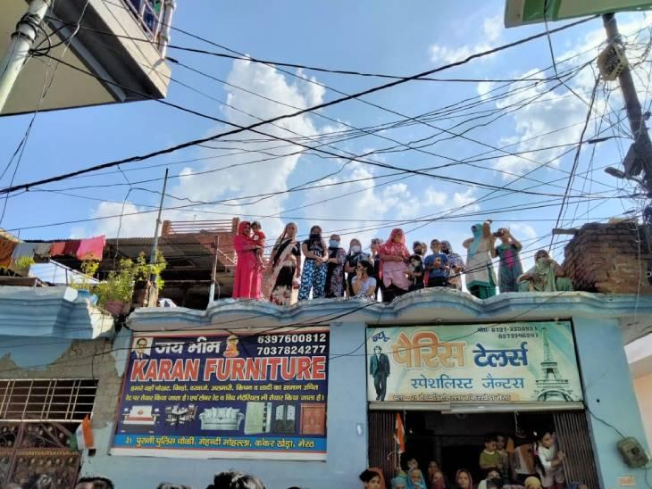 शहीद मयंक के अंतिम दर्शन के लिए लोग छतों पर खड़े हैं।