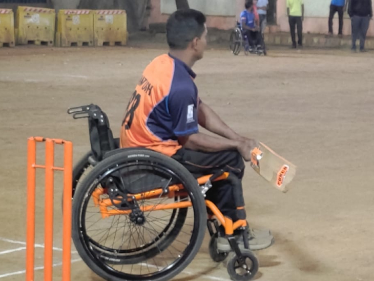 तस्वीर में एक युवक व्हीलचेयर पर बैठकर क्रिकेट खेल रहा है। इससे समझा जा सकता है कि इसे चलाने के लिए किसी की जरूरत नहीं पड़ती है।