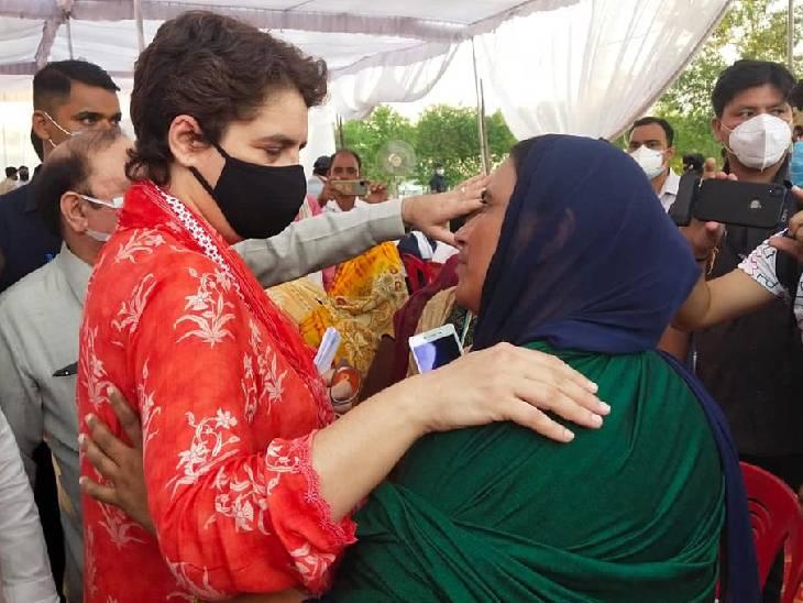 बैठक के बाद प्रियंका गांधी ने महिलाओं से उनकी समस्याओं पर बात की।