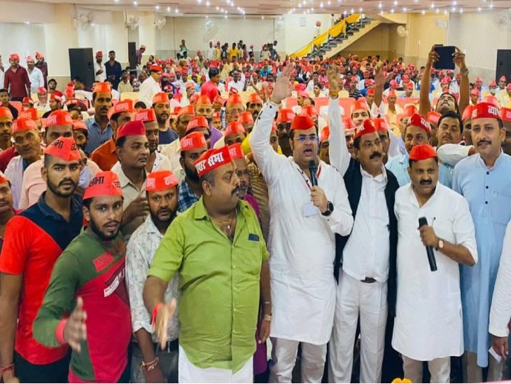 सम्मेलन में सैकड़ों कारोबारियों ने समाजवादी पार्टी की सदस्यता ली। - Dainik Bhaskar