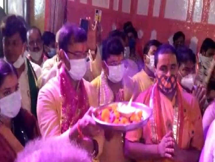 श्री दाऊजी महाराज मंदिर में आरती करते पुजारी।