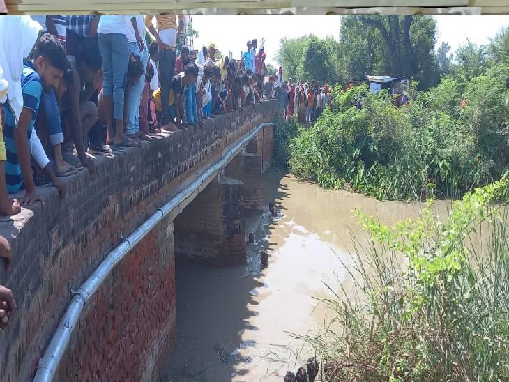 पुलिया पर बैठे वक्त फिसला पैर, जाल डालकर ग्रामीणों व पुलिस ने पानी से निकाला शव जौनपुर,Jaunpur - Dainik Bhaskar