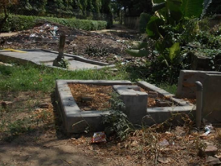 अंबेडकरनगर में पार्क में लगा कूड़े का अंबार। - Dainik Bhaskar