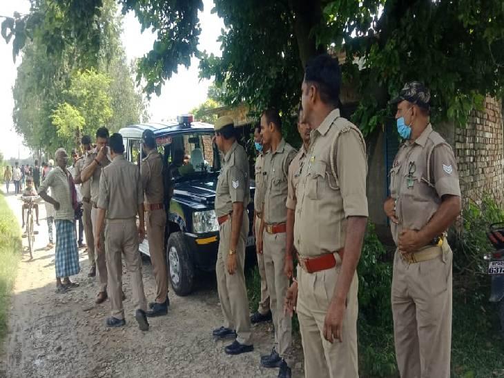 महिला का शव मिलने पर मौके पर पहुंची पुलिस। - Dainik Bhaskar