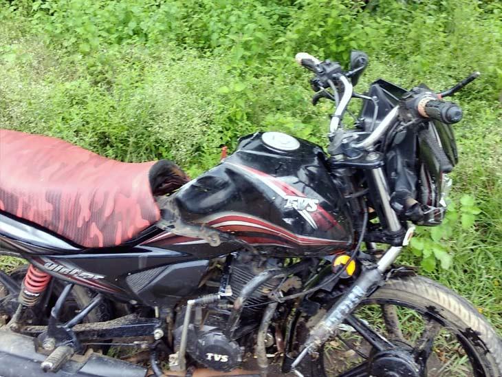 सरायकेला से बाइक सवार दंपती जा रहे थे जमशेदपुर, कार ने सामने से मारी टक्कर; पति की मौत|झारखंड,Jharkhand - Dainik Bhaskar