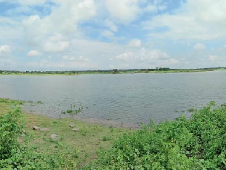 दिलावरा डेम में पानी की आवक अच्छी नहीं हाेने से किनारे उभर आए। - Dainik Bhaskar
