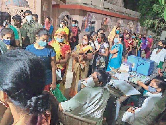 धारेश्वर मंदिर में टीकाकरण करती टीम। - Dainik Bhaskar