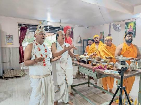 नालछा. पर्युषण पर्व के दाैरान धार्मिक संस्कार करते हुए जैन समाज के सदस्य। - Dainik Bhaskar