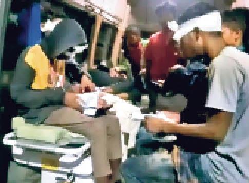 घायलों को इलाज के लिए एंबुलेंस में लाते स्वास्थ्य कर्मी। - Dainik Bhaskar