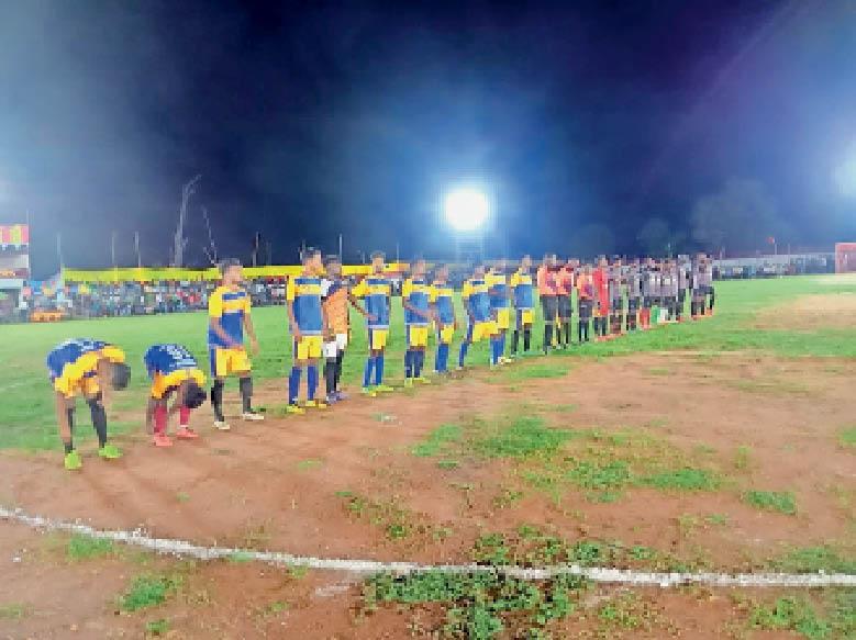 मैदान में दोनों टीम के खिलाड़ी। - Dainik Bhaskar