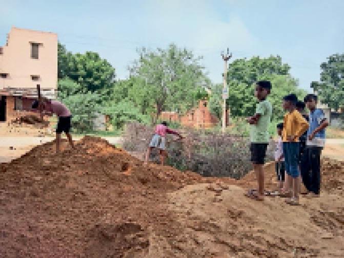 आकोदा के शिव पार्क में श्रमदान करते बच्चे व बैठक में निर्माण कार्य की रूपरेखा तैयार करते ग्रामीण। - Dainik Bhaskar