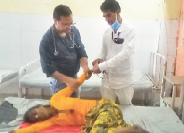 निजी बस-बाइक की टक्कर में गंभीर घायल बालिका का उपचार करते डॉक्टर। - Dainik Bhaskar