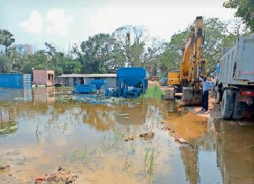 निर्माण स्थल पर इस तरह जमा है पानी। - Dainik Bhaskar