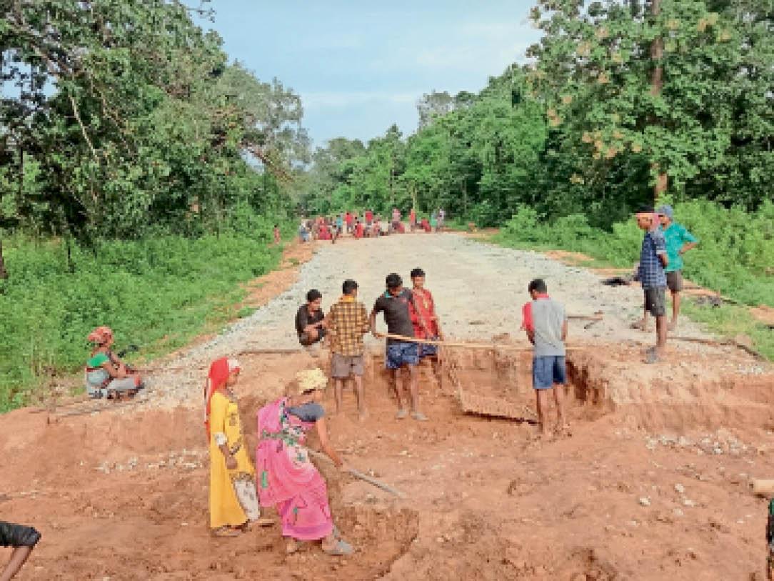 बीजापुर. निर्माणाधीन सड़क को काटते के लिए इकट्ठा हुए गंगालूर क्षेत्र के ग्रामीण। - Dainik Bhaskar