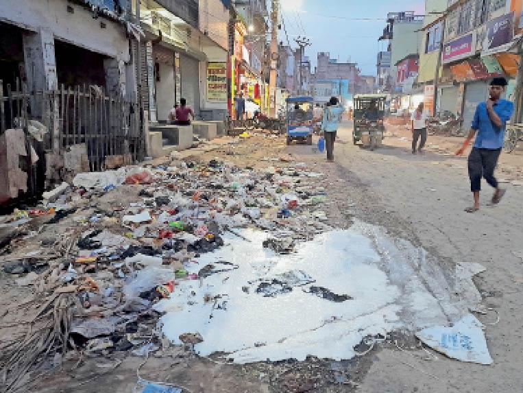 धर्मशाला रोड में आईसीआईसीआई बैंक के पास गंदगी। - Dainik Bhaskar