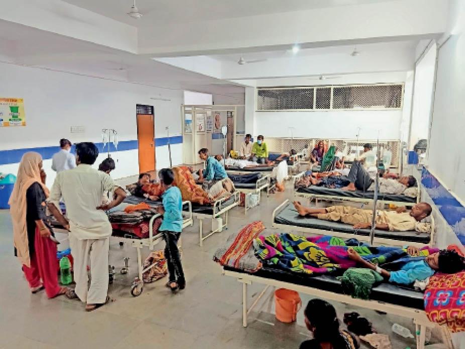 अंदर मरीजों की भीड़ और बाहर कतार, बाकी उज्जैन-इंदौर रेफर, आगर के हालातों ने तीसरी लहर की तैयारी की पोल भी खोली|शाजापुर (उज्जैन),Shajapur (Ujjain) - Dainik Bhaskar