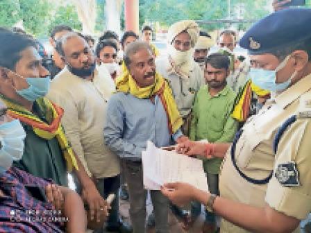 बिसन की मौत के मामले में पुलिसकर्मियों पर हत्या का केस दर्ज करें नहीं तो आंदोलन होगा|खरगोन,Khargone - Dainik Bhaskar