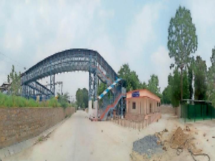 रेलवे स्टेशन पर बना फुट ओवरब्रिज व टिकट विंडो भवन। - Dainik Bhaskar